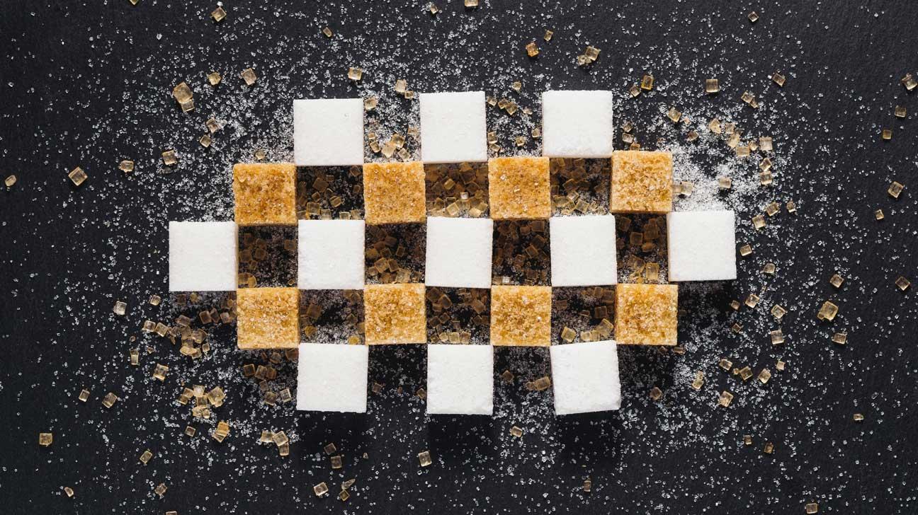 различие коричневого от белого сахара