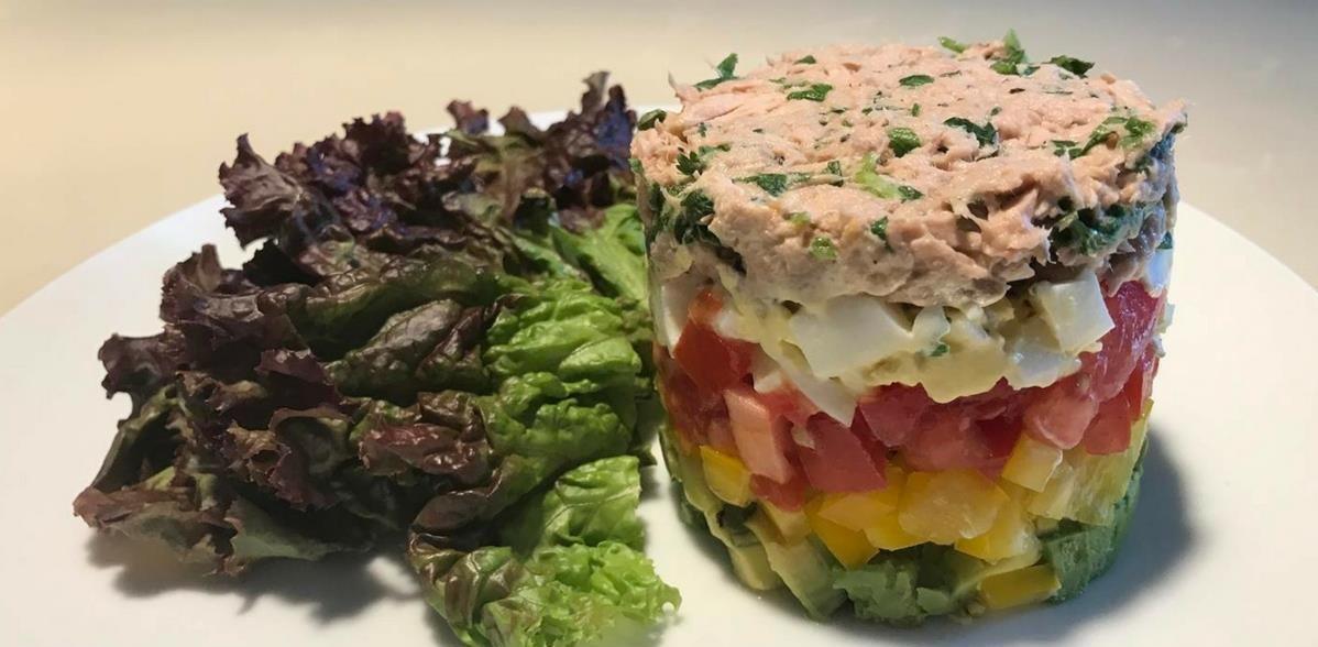 Салат из авокадо, яиц и тунца