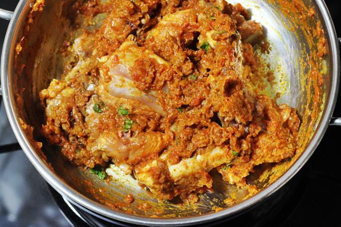 Обжаривание курицы для приготовления курицы карри